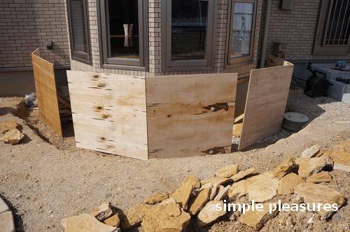 コッツウォールズストーン 積み方 花壇 作り方:木枠を立てる
