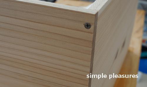 収納棚の作り方:電動ドリルでネジを留める