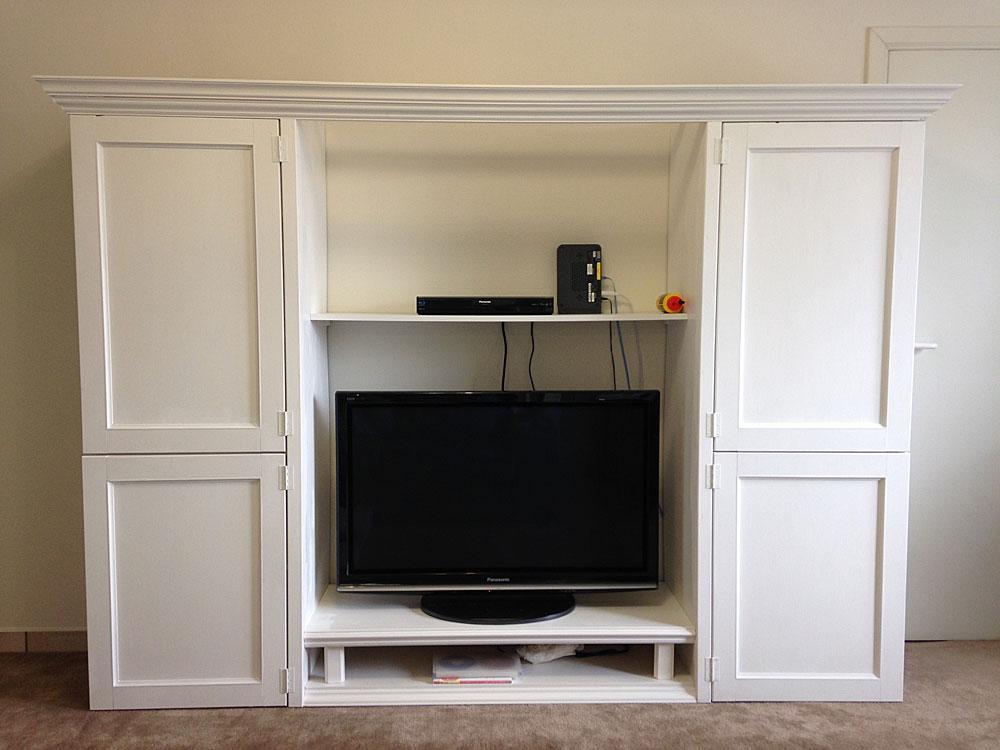 IKEAの本棚をリメイクしてフレンチテイストのTVボードを自作するホワイトの ペンキを塗る