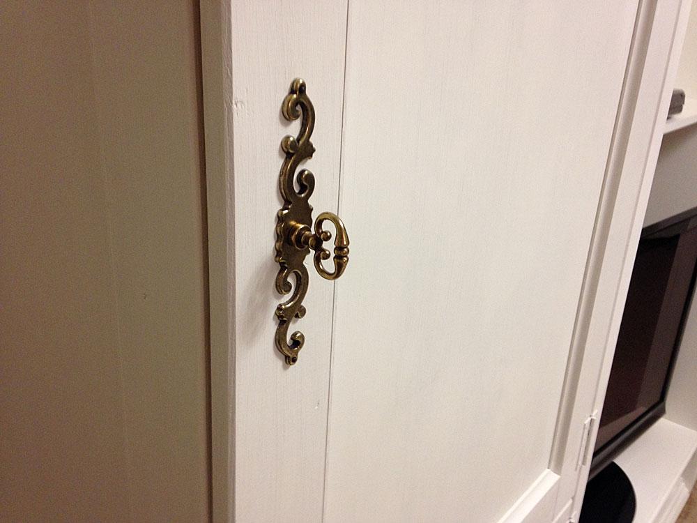 IKEAの本棚をリメイク 扉に取っ手をつける