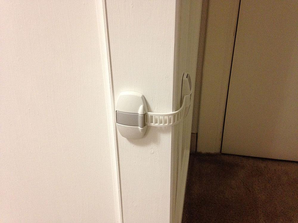 IKEAの本棚にいたずら防止マルチロックPATRULLをつける