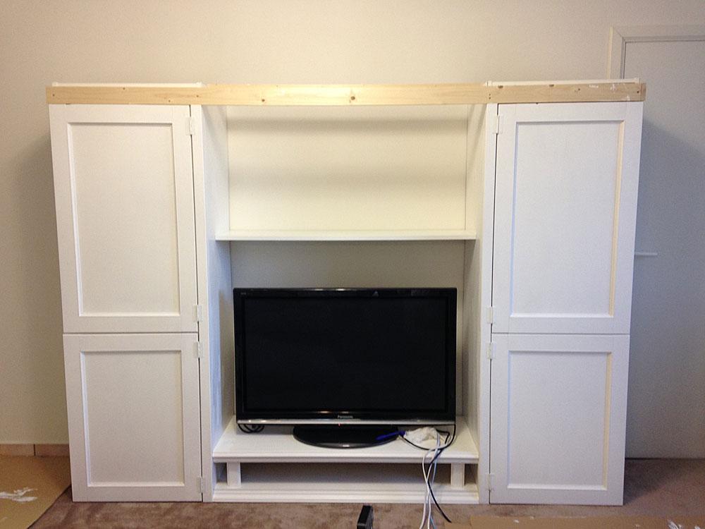IKEAの本棚とTV台を合体させ、モールディング用の板を取り付ける