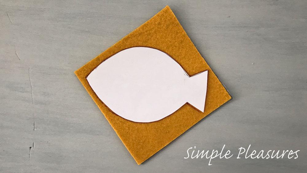 魚の知育おもちゃの作り方 型紙に合わせてカットする