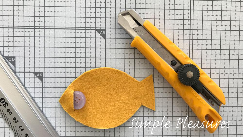 魚の知育おもちゃの作り方 ボタンホールを作る