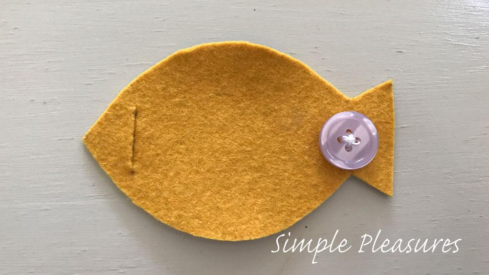 魚の知育おもちゃの作り方 ボタンを縫い付ける