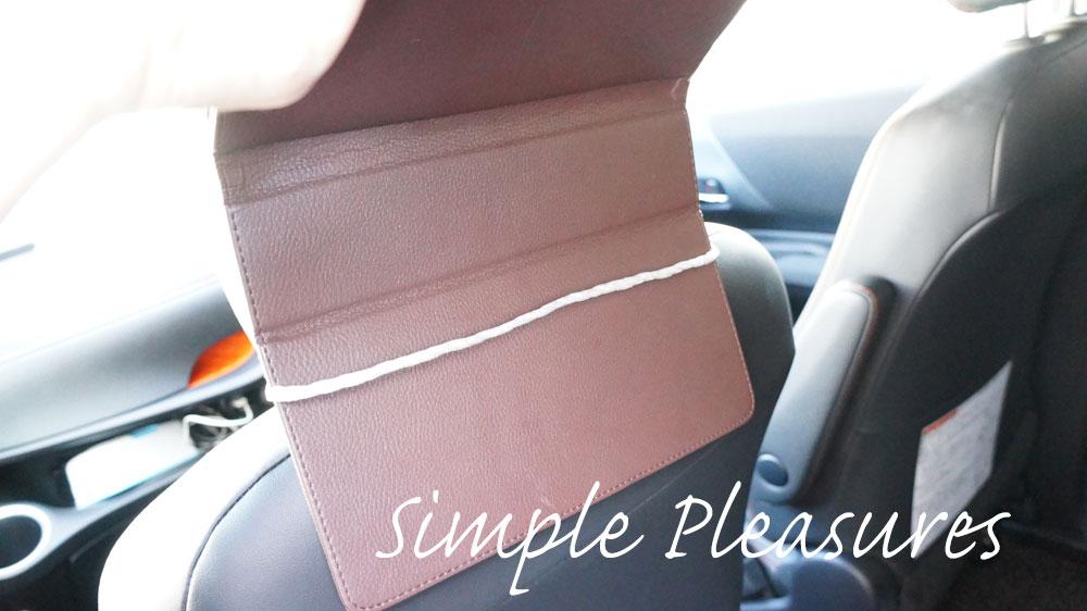 車にiPadを取り付ける方法 紐にタブレットをかける