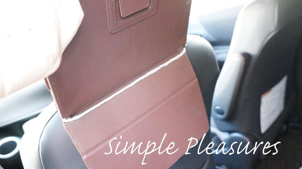 車にiPadを取り付ける方法 紐にタブレットの真ん中の折り目まで紐を通す
