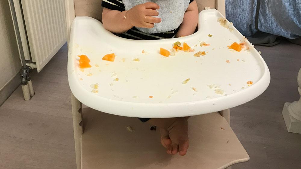子供の食べこぼし対策は床とテーブルにマットを敷く