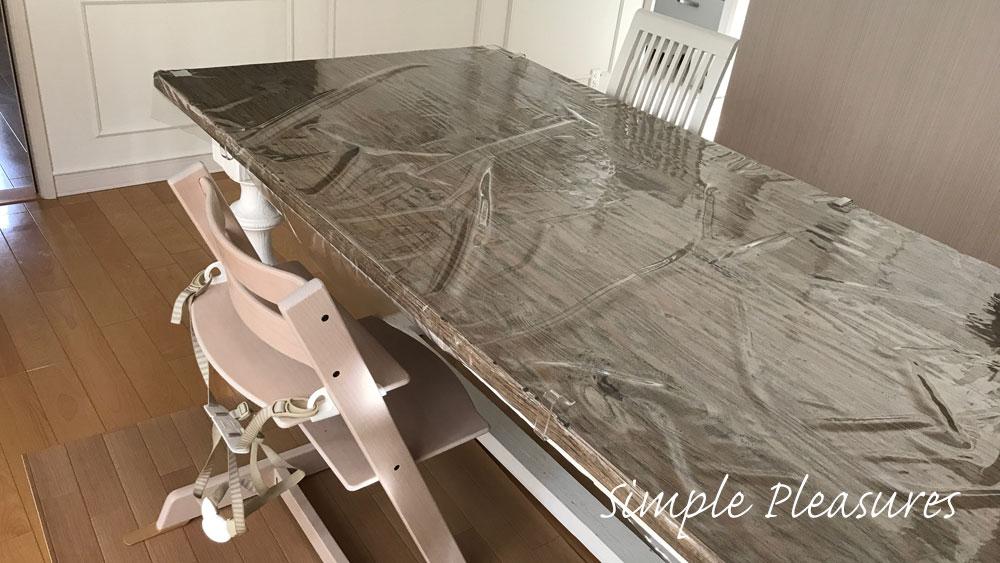 食べこぼし対策 テーブルに透明クロスをかける