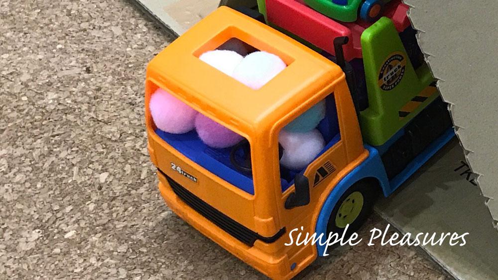 100均ダイソー 手芸用ぼんぼんボールをトラックに詰め込む