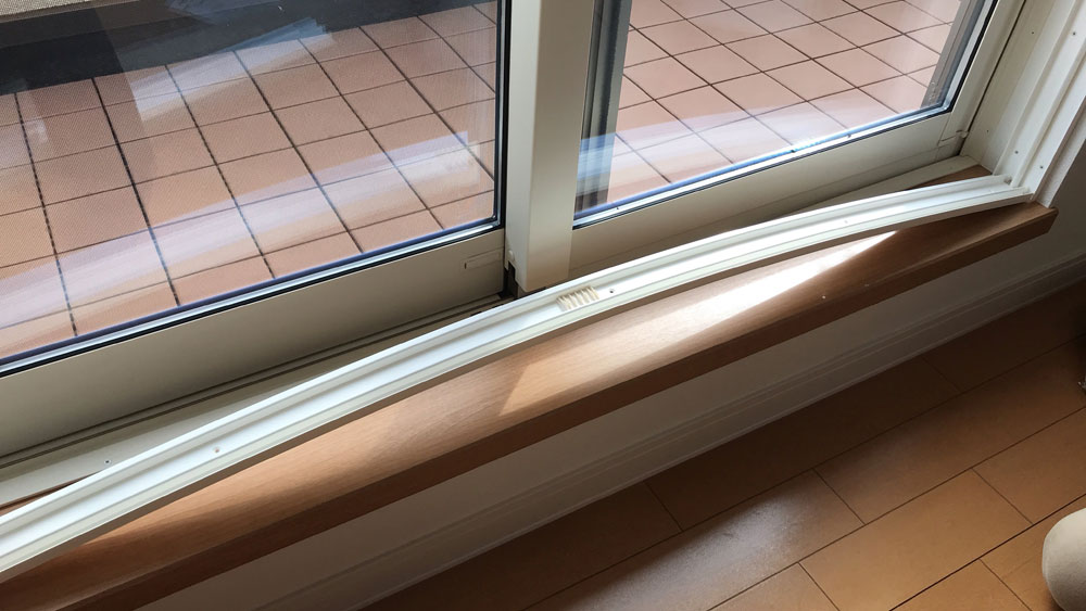 YKKAPプラマードU履き出し窓をの取り付け方法-下枠を取り付ける