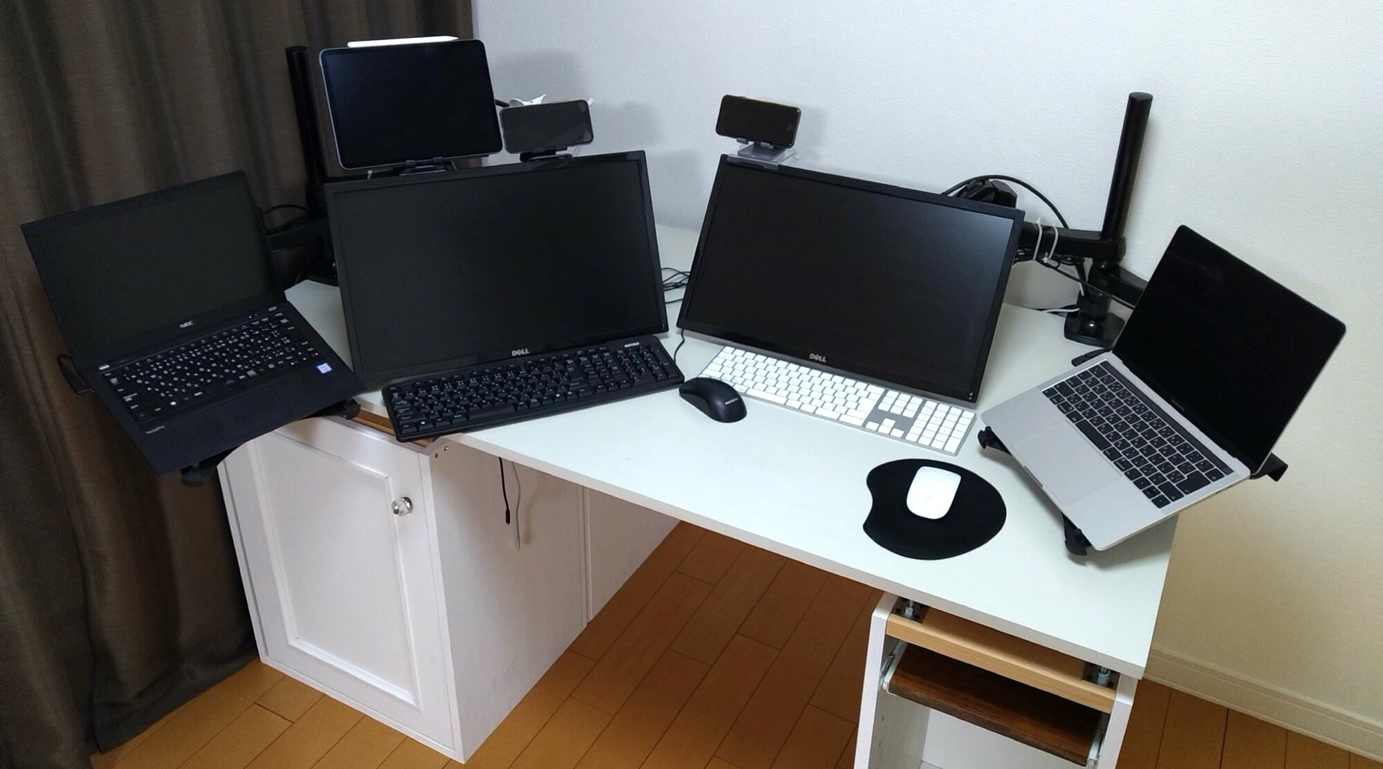 作業テーブルと液晶ディスプレイが接している/モニター&ノートPC用アームとダイソーのスマホホルダーで机を快適に