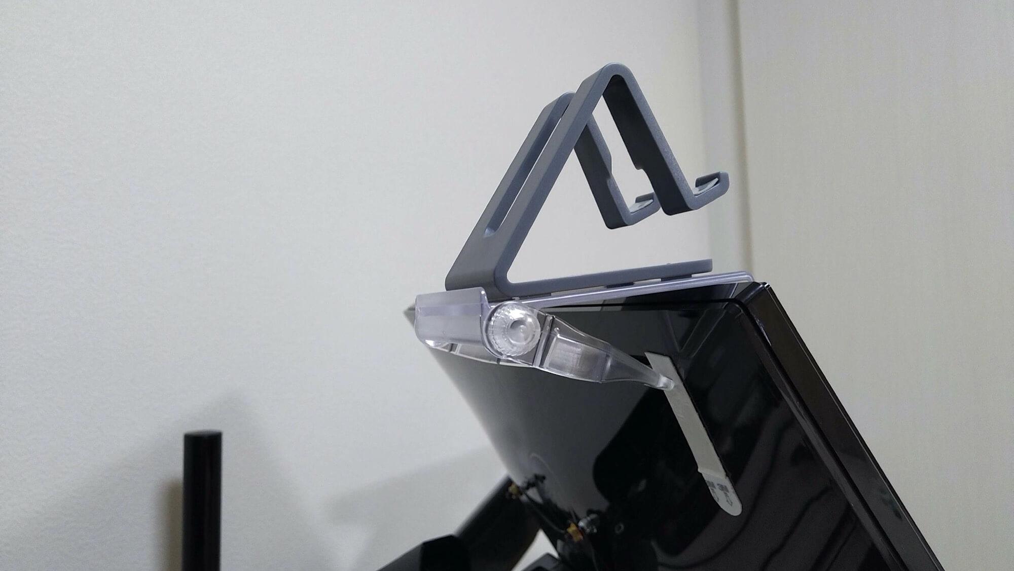スマホ置き場を液晶ディスプレイの上に作ったよ(裏側)/モニター&ノートPC用アームとダイソーのスマホホルダーで机を快適に